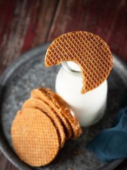 Stroopwafel al caramello e bottiglia di latte