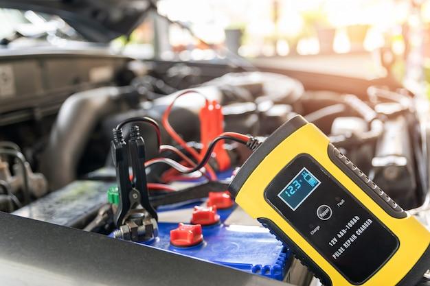 Strumentazione di tensione e temperatura della batteria dell'auto.