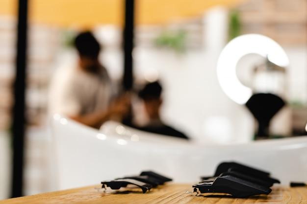 Strumenti d'annata del negozio di barbiere su legno con il posto per testo