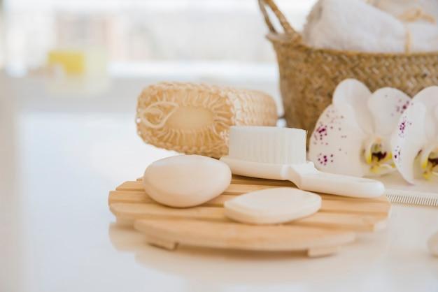 Strumenti da bagno sul tavolo bianco