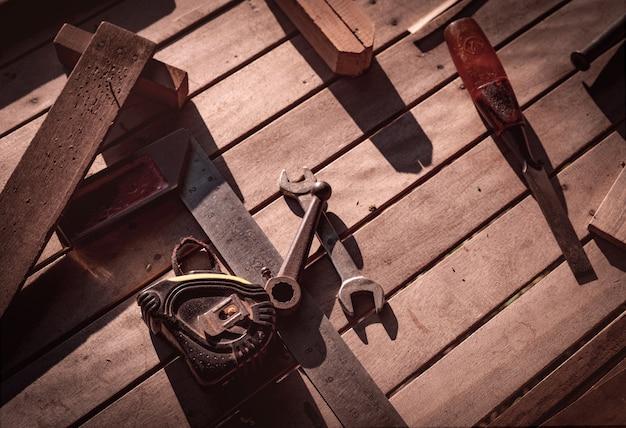 Strumenti del carpentiere sul banco da lavoro