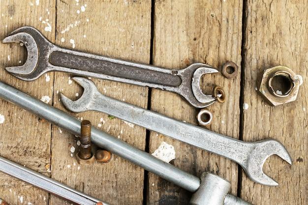 Strumenti del meccanico su superficie di legno