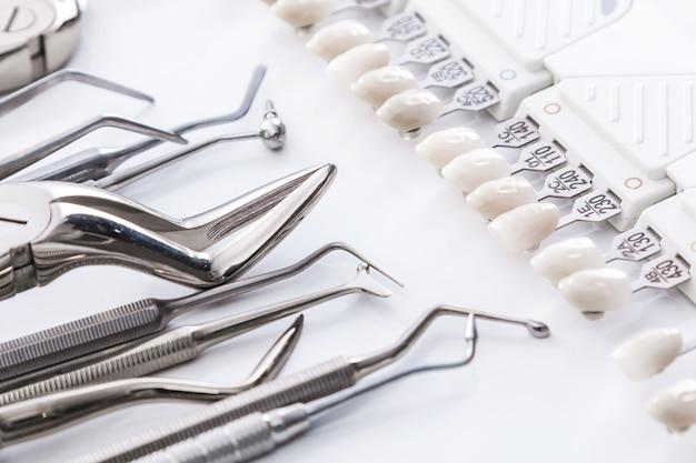 Strumenti dentali e campioni di denti