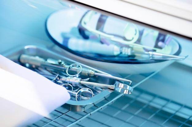 Strumenti dentali nella sterilizzatrice.