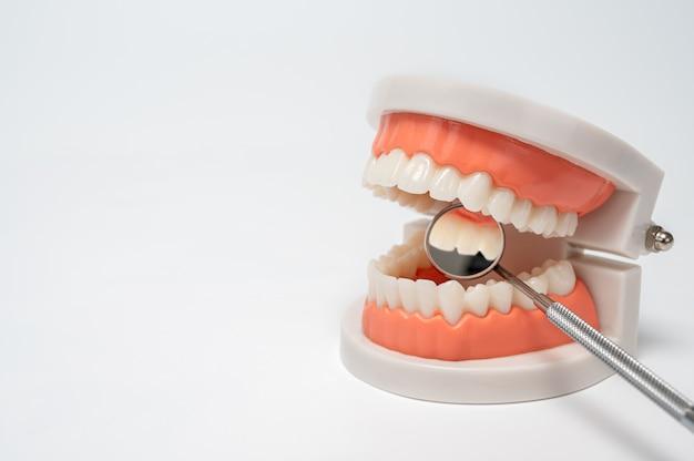 Strumenti dentali su sfondo bianco. concetto di tecnologia medica. igiene dentale. concetto di cura. strumenti del dentista. attrezzature dentali