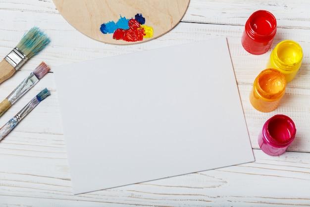 Strumenti di arte e artigianato. articoli per la creatività dei bambini. vernici acriliche e pennelli