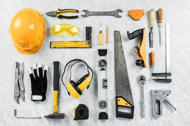 Strumenti di costruzione su uno sfondo bianco. una collezione di strumenti per la costruzione. costruzione, riparazione.