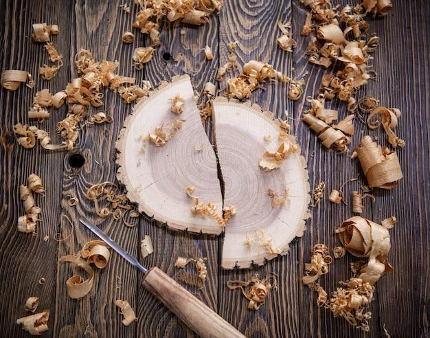 Strumenti di falegnameria e trucioli sul tavolo di legno in officina