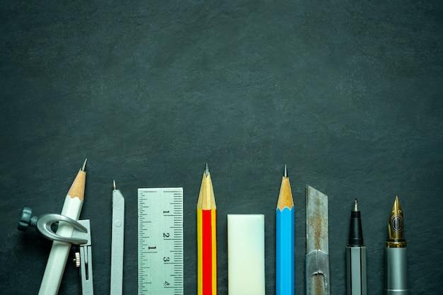 Strumenti di falegnameria o carpenteria. matite, righello, bussola, taglierina e penna con copyspace