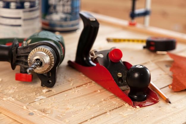 Strumenti di falegnameria su una tabella dei carpentieri