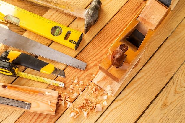 Strumenti di lavoro assortiti su legno. copia spazio