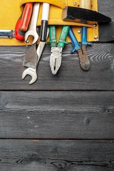 Strumenti di lavoro assortiti sulla tavola di legno