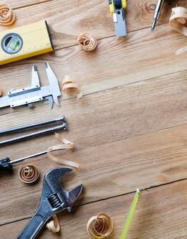 Strumenti di lavoro su un tavolo di legno. strumenti di costruzione su assi di legno. concetto di costruzione.