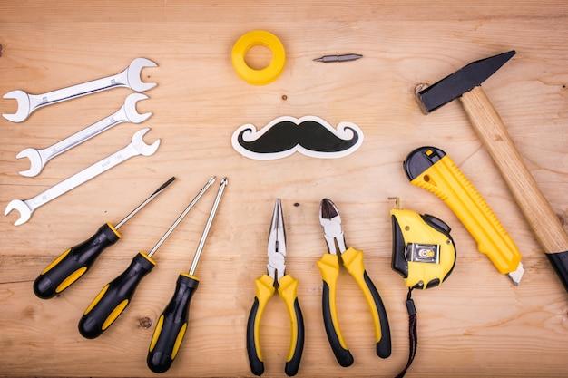 Strumenti di riparazione - martello, cacciaviti, chiavi regolabili, pinze. concetto maschile per la festa del papà