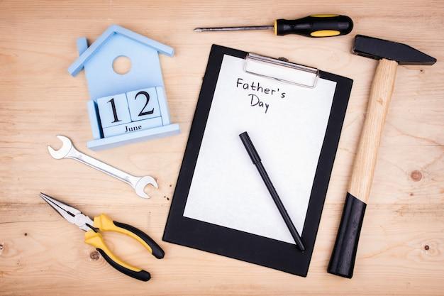 Strumenti di riparazione - martello, cacciaviti, chiavi regolabili, pinze. foglio di carta bianca concetto maschile per la festa del papà il 12 giugno