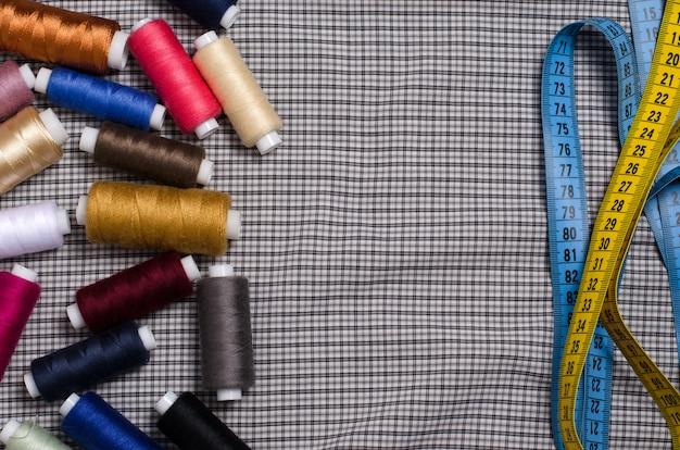 Strumenti e accessori per il cucito. filo per cucire colorato, su misura