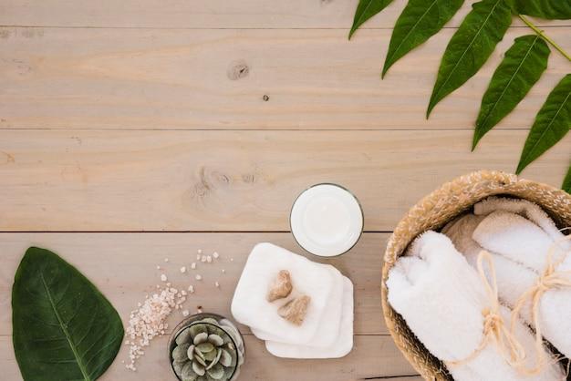 Strumenti e foglie per la cura della pelle