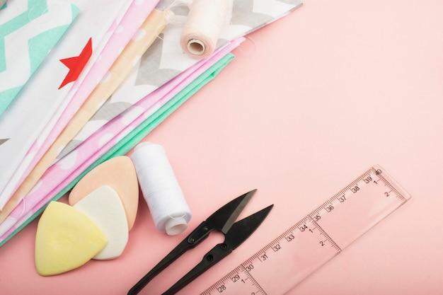 Strumenti e materiali per cucire, forbici, fili, gesso, tessuto. cucito, moda e stile.
