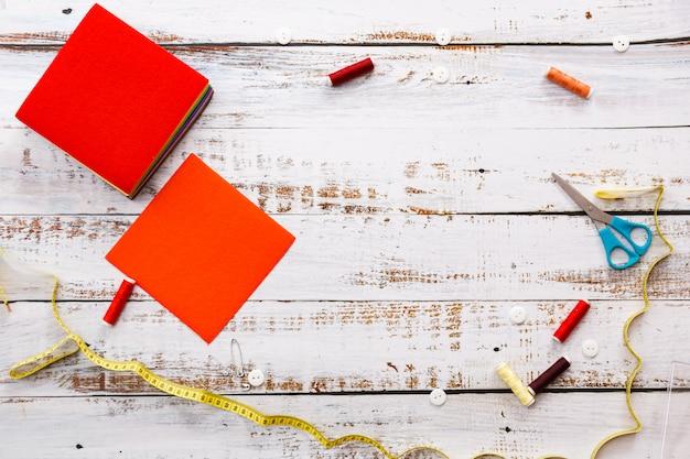 Strumenti e oggetti colorati per cucire e adattare su sfondo chiaro