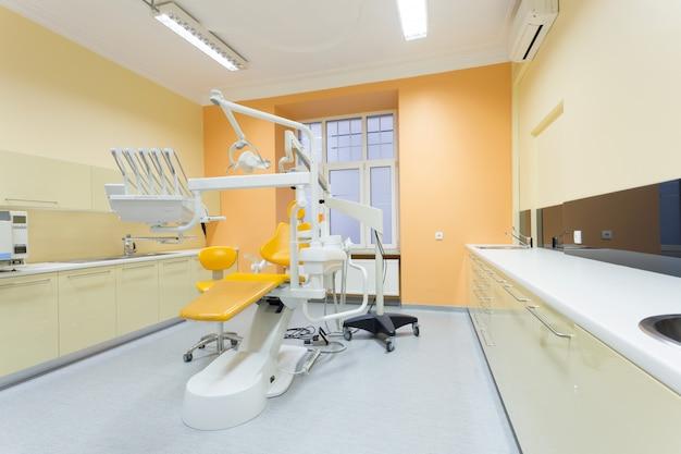 Strumenti e sedia professionali del dentista nello studio dentistico