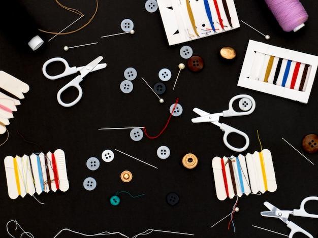 Strumenti per cucire su sfondo lavagna
