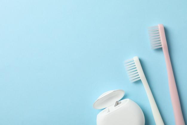 Strumenti per cure odontoiatriche su sfondo blu, spazio per il testo