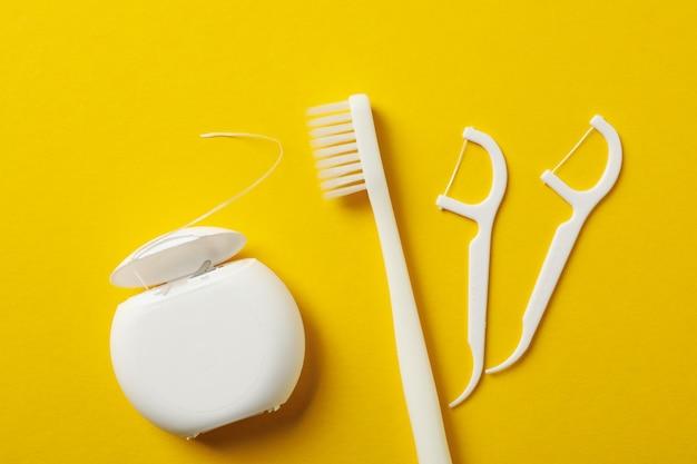 Strumenti per cure odontoiatriche su superficie gialla