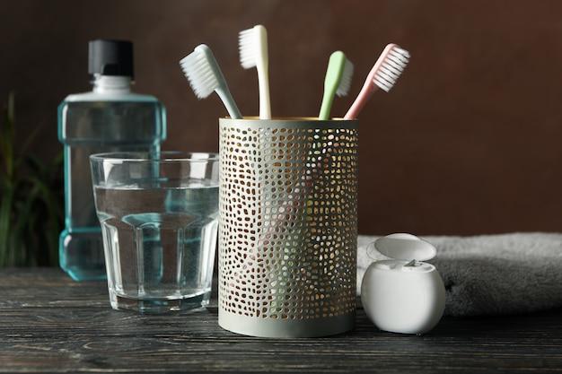 Strumenti per cure odontoiatriche su superficie marrone