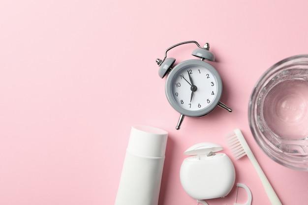 Strumenti per cure odontoiatriche sulla superficie rosa