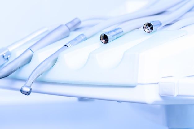 Strumenti per forare i denti nell'ordinazione dentale. strumenti stomatologici nella clinica dentistica