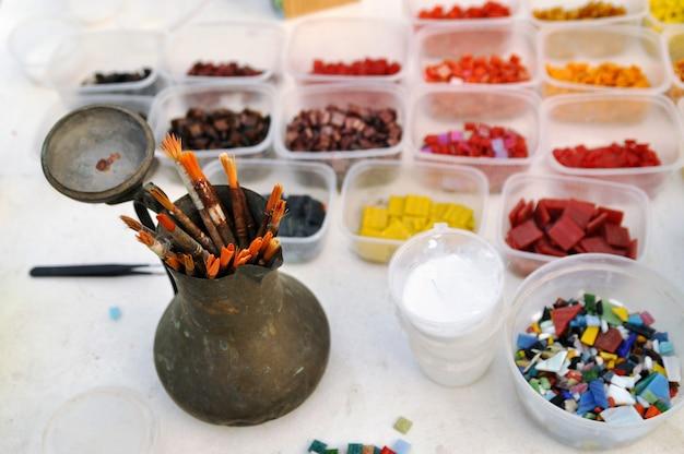 Strumenti per l'occupazione di un mosaico di vetro colorato