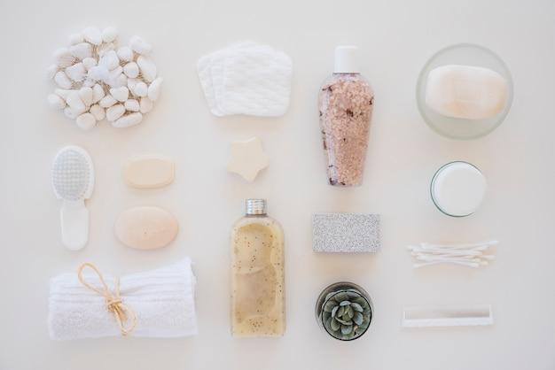 Strumenti per la cura della pelle su sfondo bianco