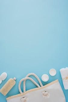 Strumenti per la cura della pelle sulla scrivania blu