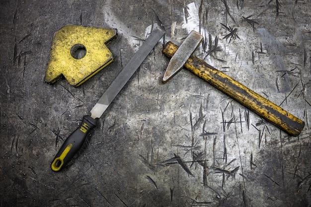 Strumenti per la lavorazione del metallo sul tavolo