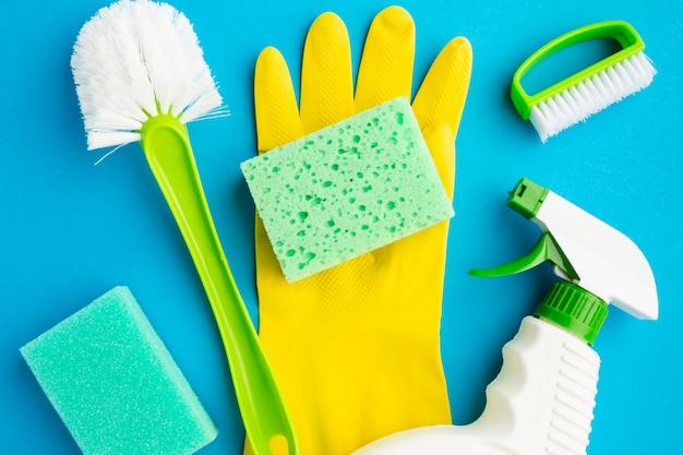 Strumenti per la pulizia su guanti di gomma