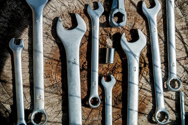 Strumenti per la riparazione di biciclette sul sul legno.