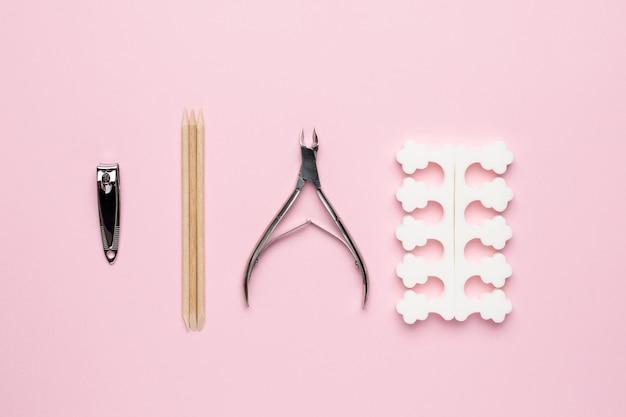 Strumenti per manicure e pedicure sul rosa