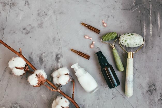 Strumenti per trattamenti di bellezza e fiori di cotone