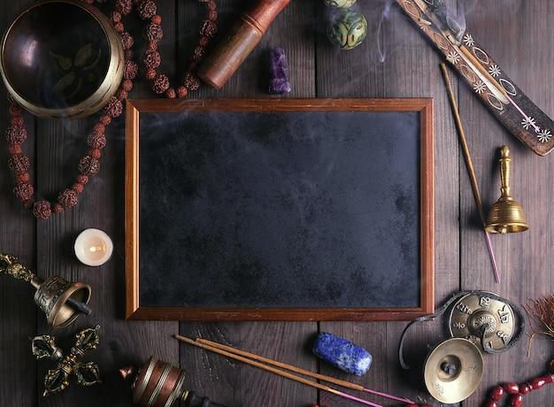 Strumenti rituali religiosi per la meditazione e lo sfondo della cornice vuota