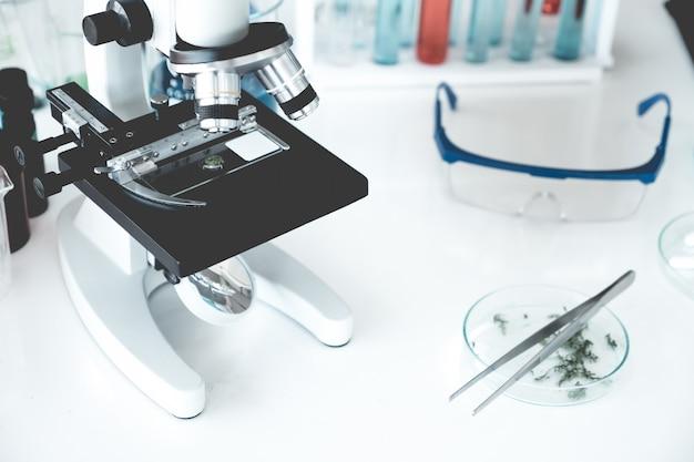 Strumenti scientifici nella stanza del laboratorio. concetto di ricerca scientifica.