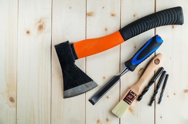 Strumenti usati falegname o falegname sullo scrittorio di legno