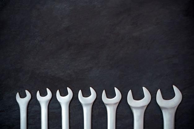Strumento artigiano su cemento nero