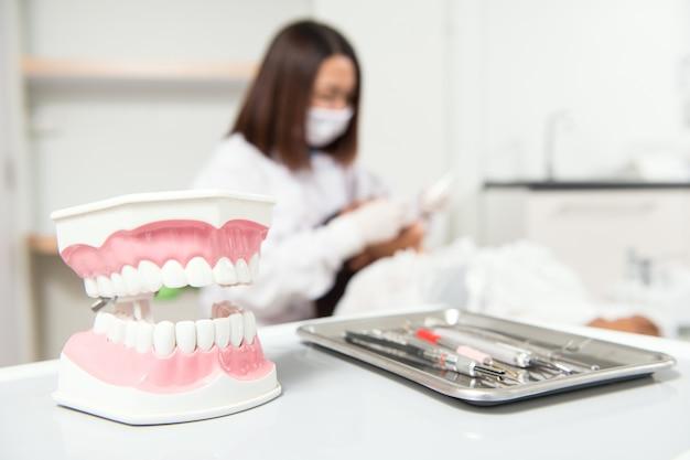 Strumento dentale e altri accessori utilizzati dai dentisti in ufficio