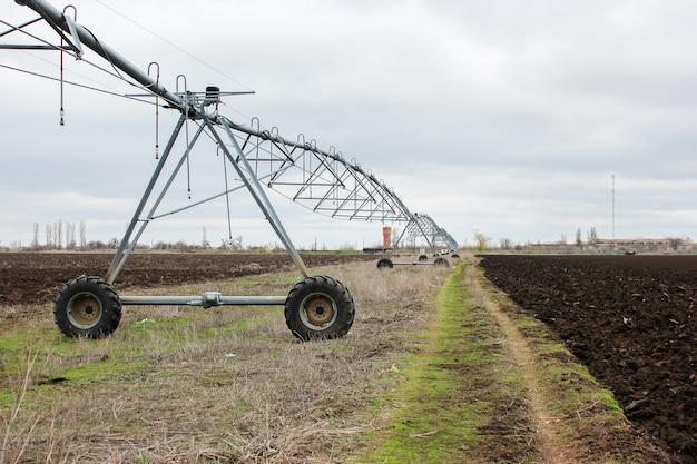 Strumento di irrigazione moderno su un campo