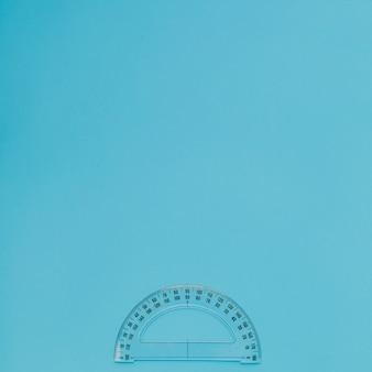 Strumento di misura su sfondo blu