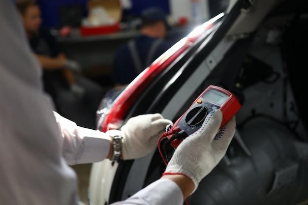 Strumento elettrico per la manutenzione della macchina