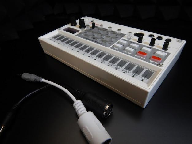 Strumento musicale elettronico o mixer audio o equalizzatore sonoro (sintetizzatore modulare analogico)