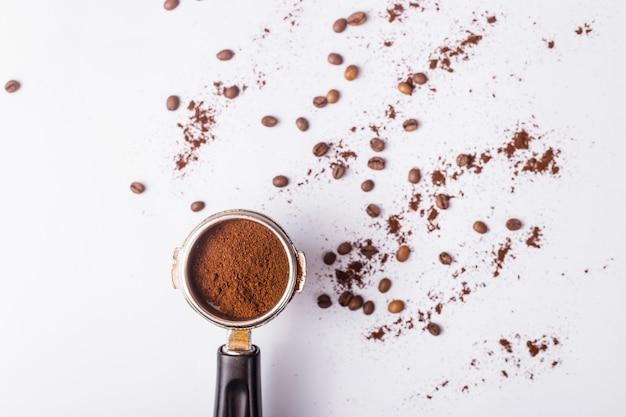 Strumento per fare il caffè espresso professionale su un tavolo grigio