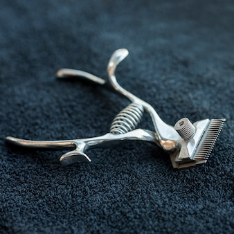 Strumento professionale per parrucchiere per tagliare gli asciugamani