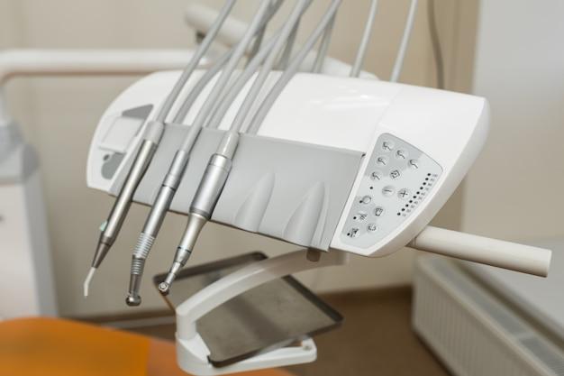 Strumento stomatologico nella clinica dei dentisti. background dentale: lavoro in clinica (operazione, sostituzione dei denti)